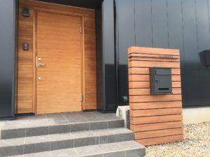 玄関は本物の木 門柱は木目調アルミ